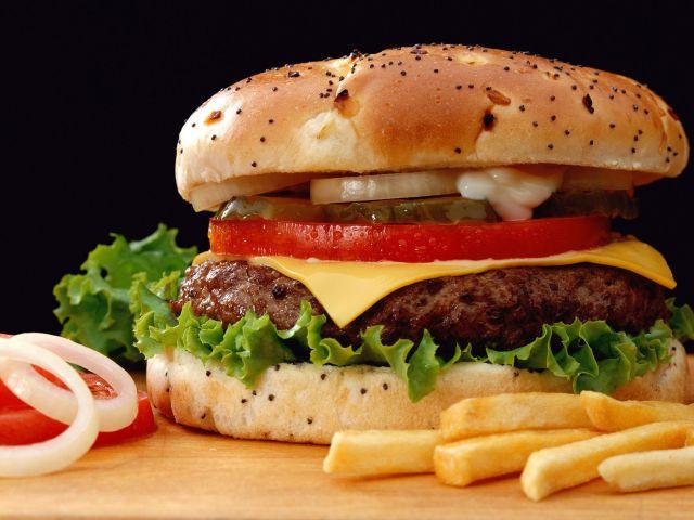 пища может быть вредной. Мало того, что она калорийная, так ещё и негативно влияет на наш желудок, что зачастую приводит к серьёзным проблемам или заболеваниям